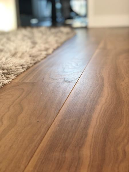 Pose de parquet flottant contre collé finition noyer